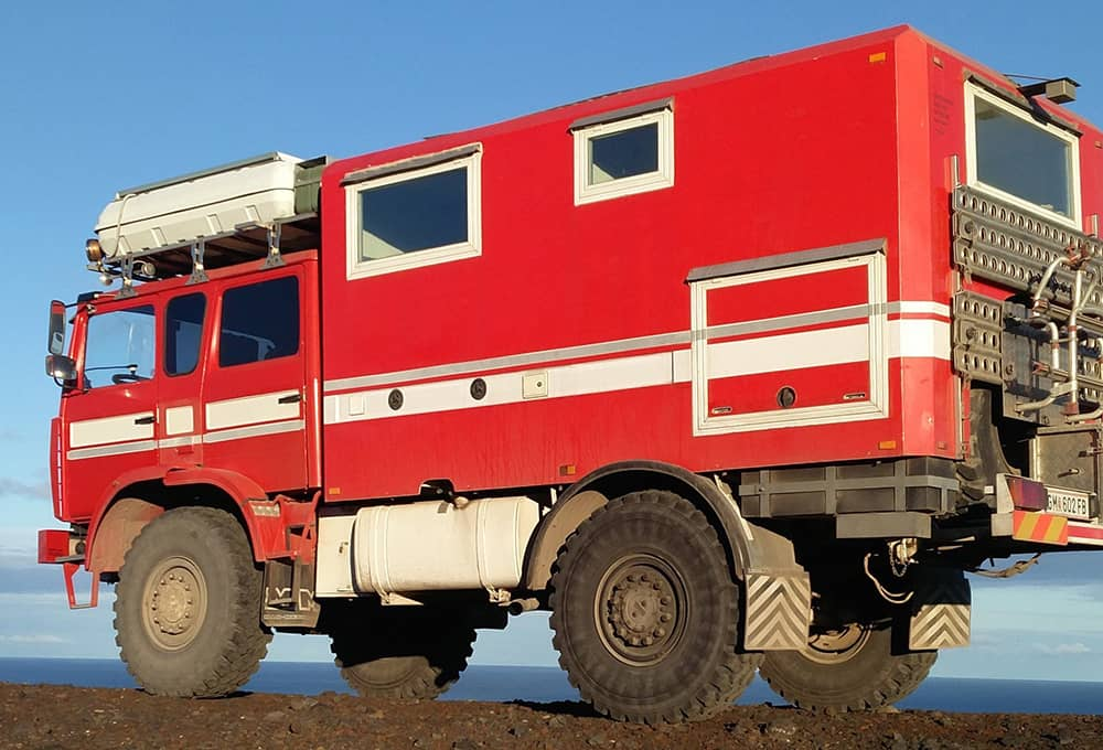 Expeditionsmobil mit verstärkten Stoßdämpfern von Marquart