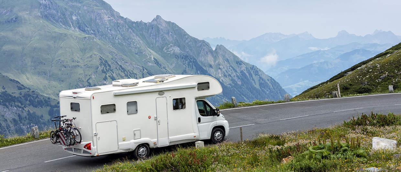 Alkovenwohnmobil mit verstärkten Stoßdämpfern in den Alpen