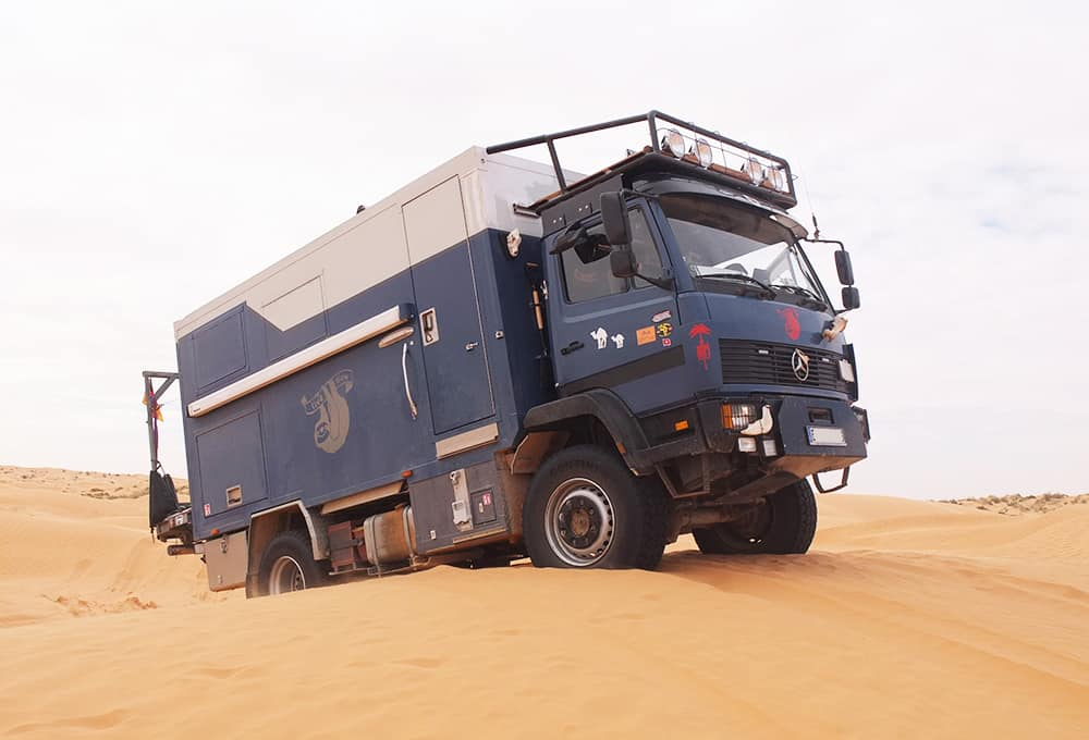 Expeditionsfahrzeug mit verstärkten Stoßdämpfern