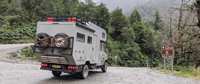 Expeditionsfahrzeug Mercedes Vario mit verstärkten Stoßdämpfern