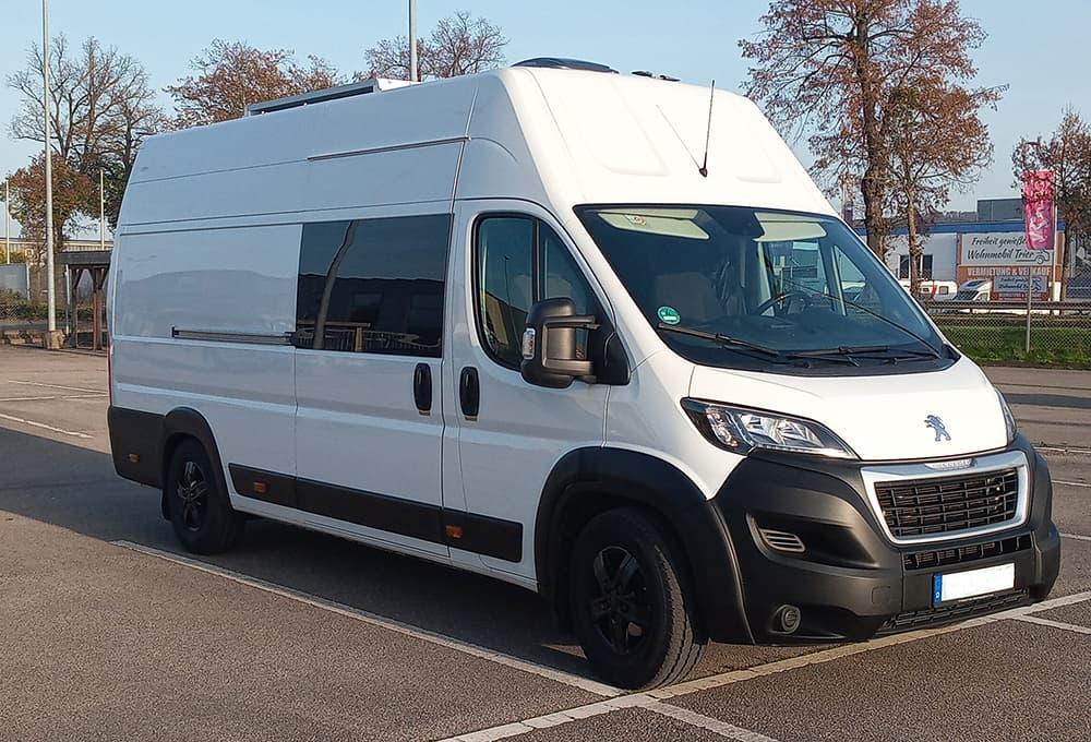 Peugeot Boxer Transporter mit verstärkten Stoßdämpfern von Marquart