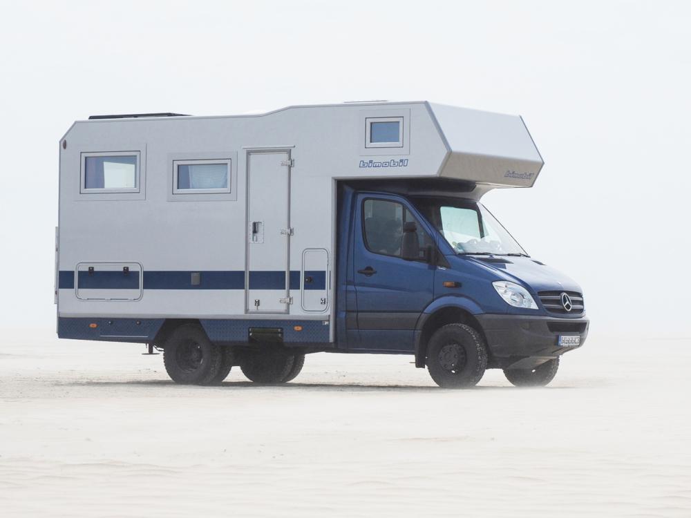 Mercedes Sprinter Wohnmobil mit Alkoven und verstärkten Stoßdämpfern